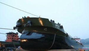 """泸州江运船厂自主生产的6000吨级""""吉祥96""""正式下水插图"""