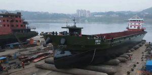 """泸州江运船厂自主生产的6000吨级""""吉祥96""""正式下水插图(2)"""